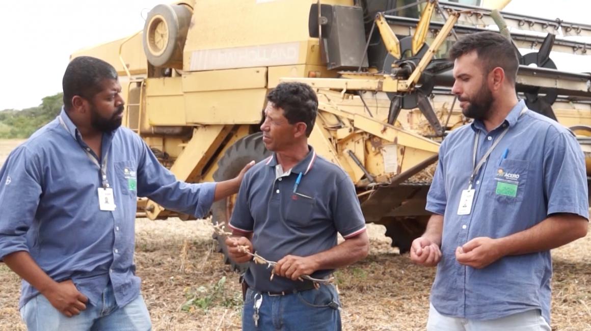 Clécio Vieira de Menezes e Rafael Sousa Andrade, da equipe Acero, com Miguel Rodrigues, gerente da Fazenda Boa Vista